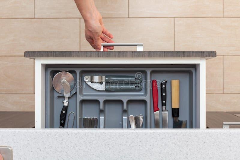 Photo courbe de vue supérieure de tiroir ouvert de cuisine de main de femme par d photos stock