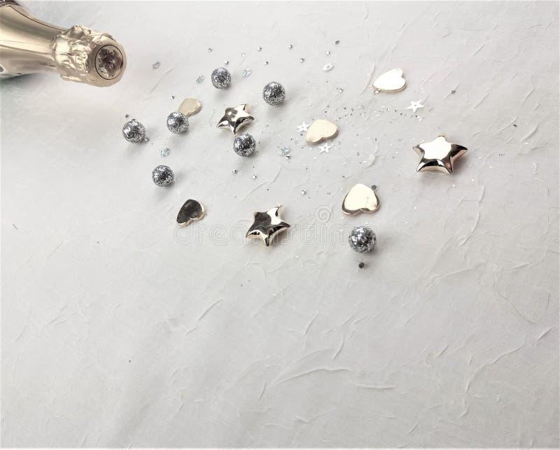 Photo créative de concept de bouteille de champagne avec des confettis sur le fond photos stock