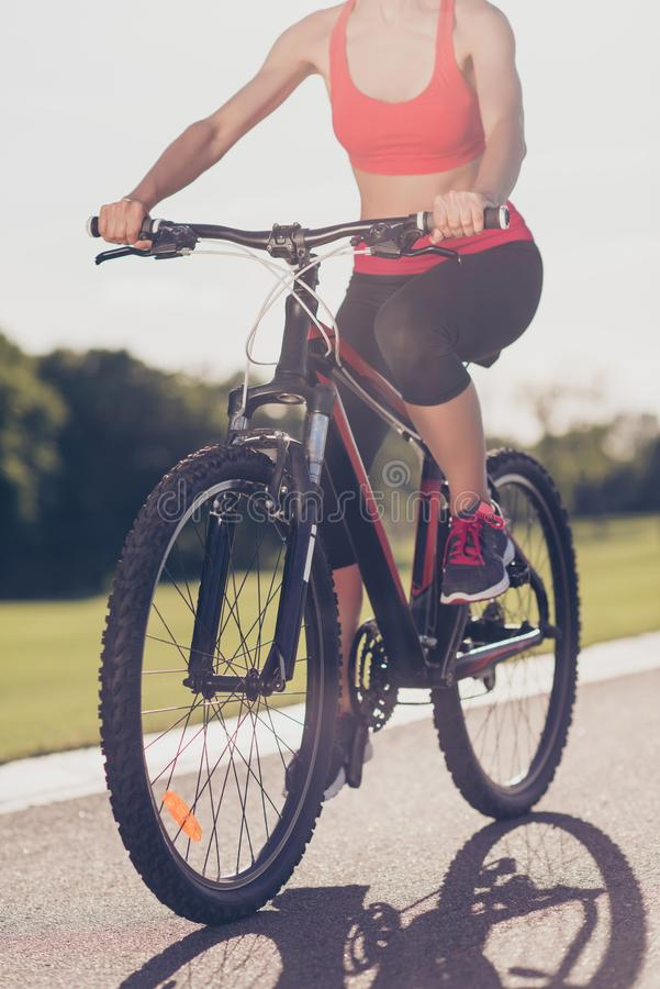 Photo cultivée d'angle faible d'athlète féminin, faisant un cycle le Bi moderne images stock