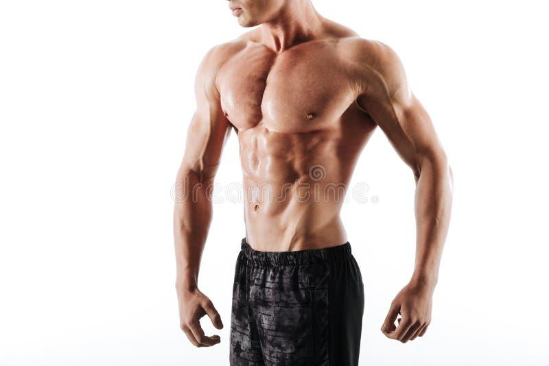 Photo cultivée d'homme sportif en sueur dans des shorts noirs se reposant à l'arrière photos libres de droits