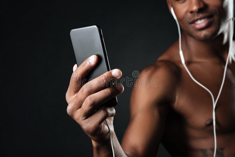 Photo cultivée de l'homme afro-américain bel causant tandis que liste images libres de droits
