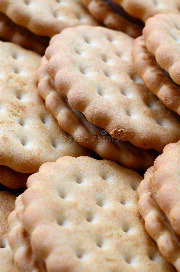 Photo détaillée des biscuits ronds de sandwich avec le remplissage de noix de coco Le fond d'image d'un plan rapproché de plusieu photos libres de droits