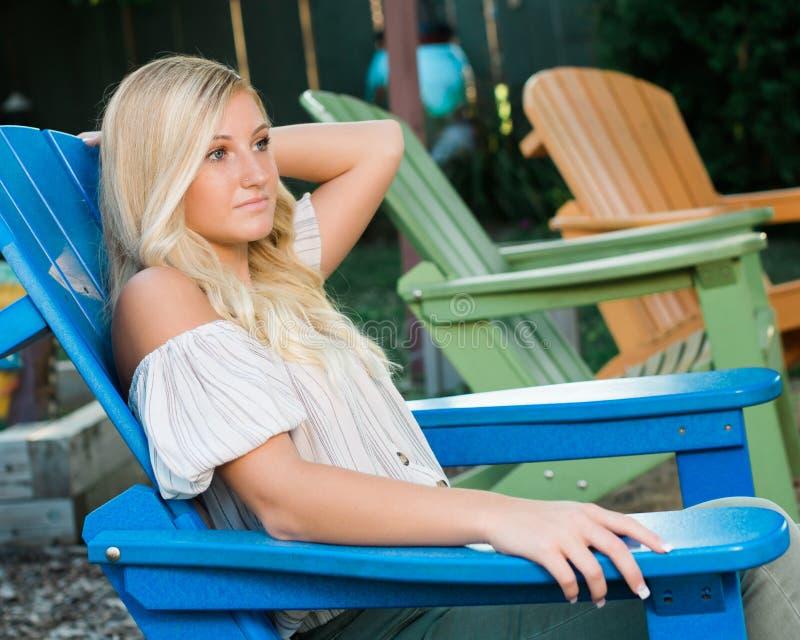 Photo d'élève de terminale d'extérieur caucasien blond de fille images libres de droits