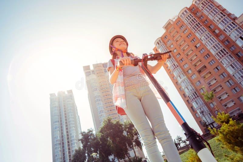 Photo d'angle faible de la fille décontractée qui étant dehors photographie stock libre de droits