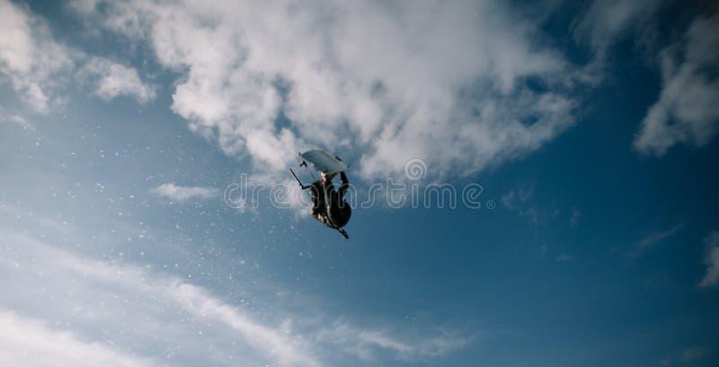 Photo d'angle faible de Wakeboarder dans le ciel image stock
