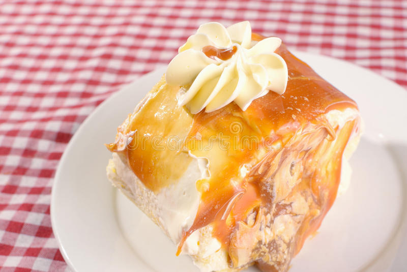 Gâteau de Dulce dans le plat photos stock