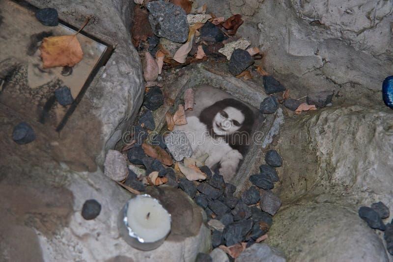 Photo d'Anne Frank aux enfants commémoratifs au cimetière juif à Varsovie photo libre de droits