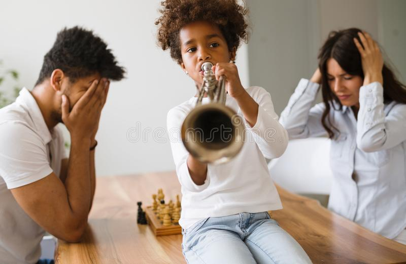 Photo d'enfant faisant le bruit en jouant la trompette images libres de droits