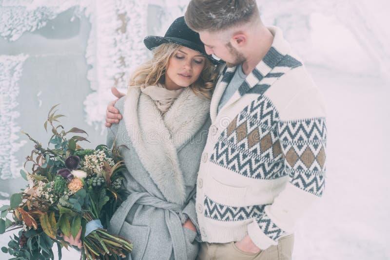 Photo d'homme heureux et de femme extérieurs en hiver images stock