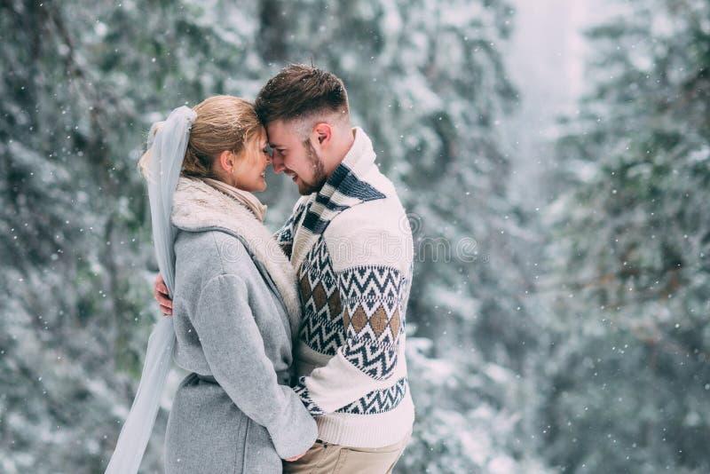 Photo d'homme heureux et de femme extérieurs en hiver photo stock