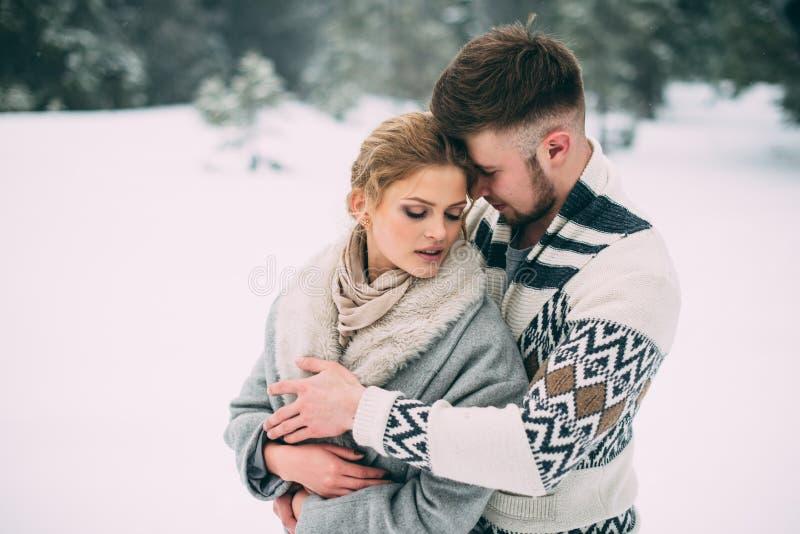 Photo d'homme heureux et de femme extérieurs en hiver photos stock