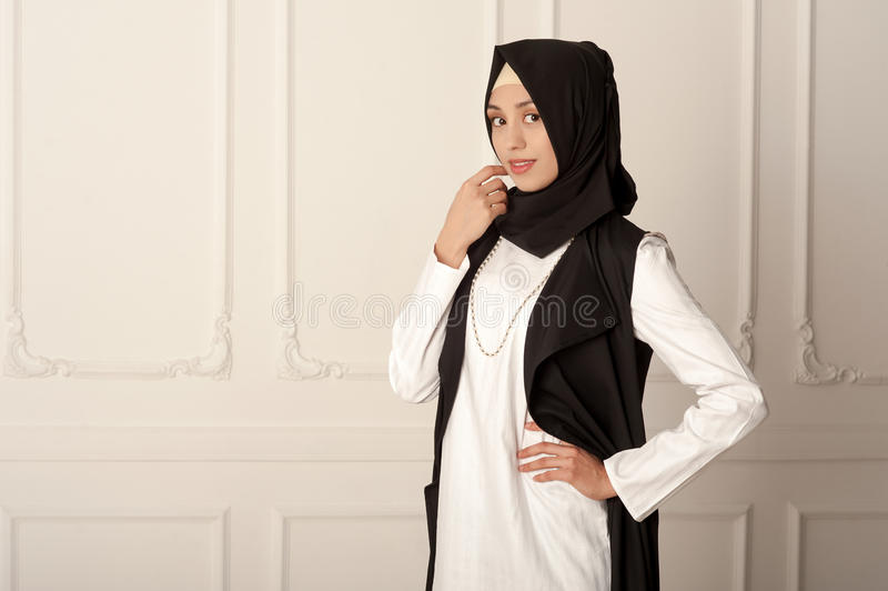 Photo d'un aspect du Moyen-Orient de jeune femme dans les vêtements musulmans modernes et l'écharpe noire images stock