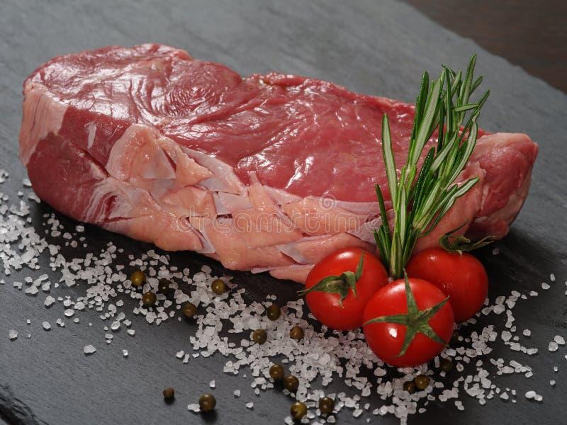 Bifteck d'aloyau cru photos libres de droits
