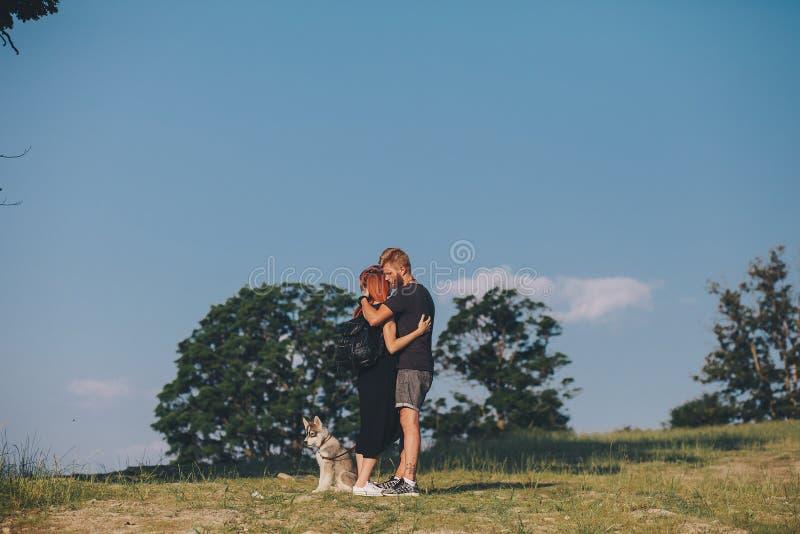 Download Photo D'un Couple Dans Les Montagnes Image stock - Image du roux, herbe: 76077629