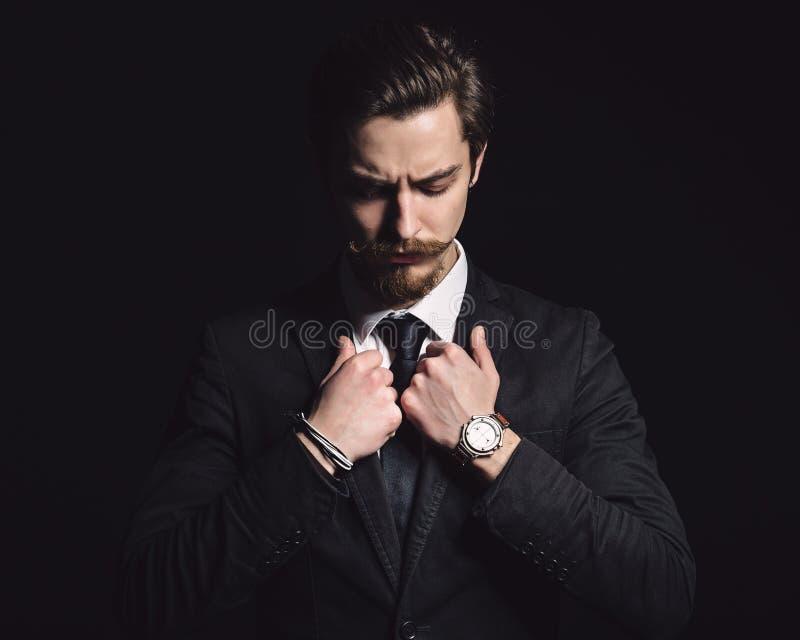 Photo d'un jeune homme élégant images stock