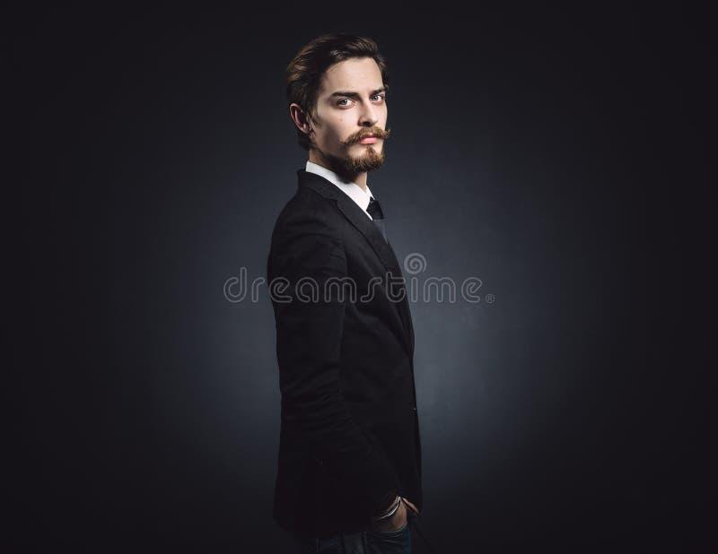 Photo d'un jeune homme élégant image stock
