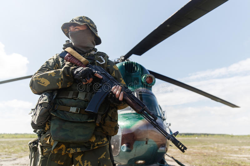 Photo d'un soldat avec une arme automatique photographie stock