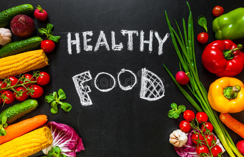 Photo d'un supérieur de table complètement des légumes frais ou du fond sain de nourriture Concept sain de nourriture avec les lé photo stock
