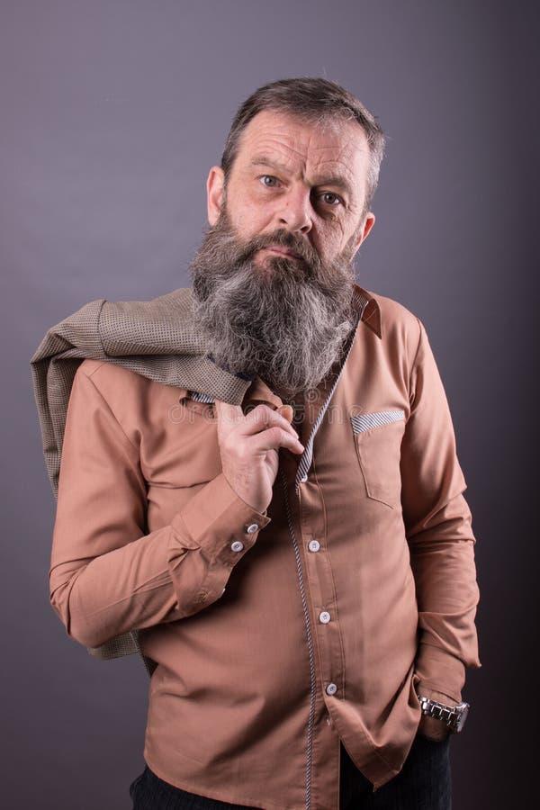 Photo d'un vieil homme grincheux fâché regardant très contrarié Homme masculin avec la longue barbe sur son visage Fermez-vous ve images libres de droits