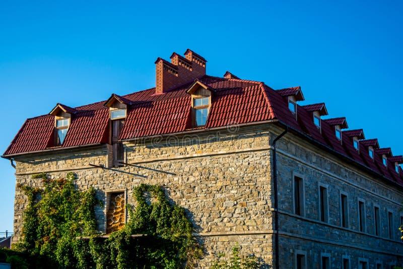 Photo d'un vieux bâtiment en pierre avec le toit rouge photographie stock