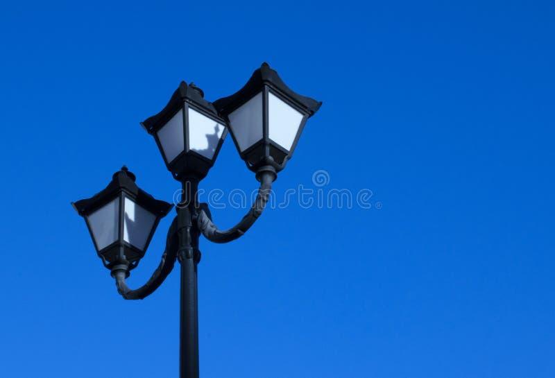 Photo d'un vieux réverbère sur un fond de ciel clair images stock
