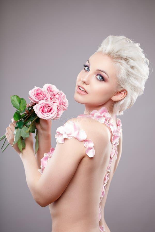 Photo d'une belle femme blonde avec la fleur Visage sensuel attrayant de plan rapproché de la femme blanche avec les cheveux bouc photo libre de droits