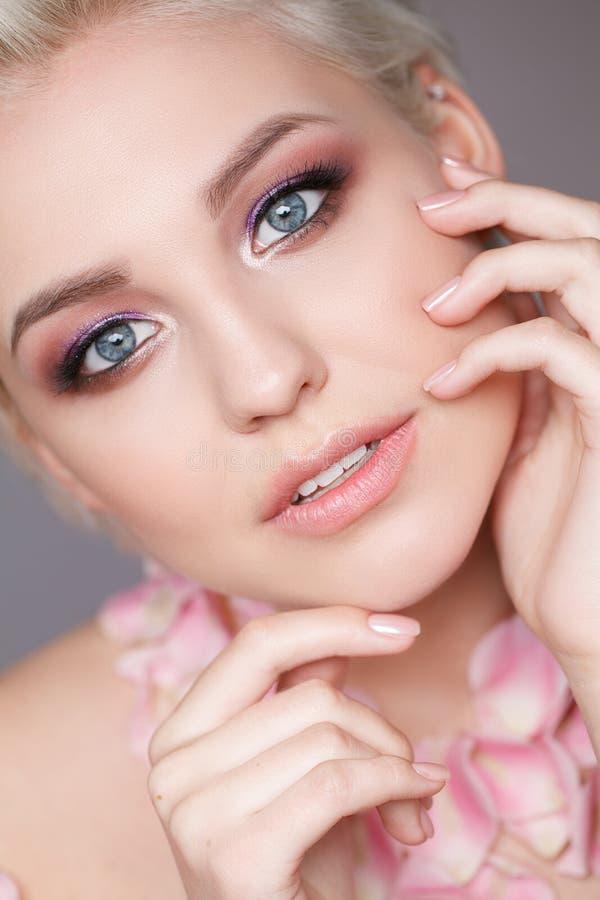 Photo d'une belle femme blonde avec la fleur Visage sensuel attrayant de plan rapproché de la femme blanche avec les cheveux bouc images libres de droits