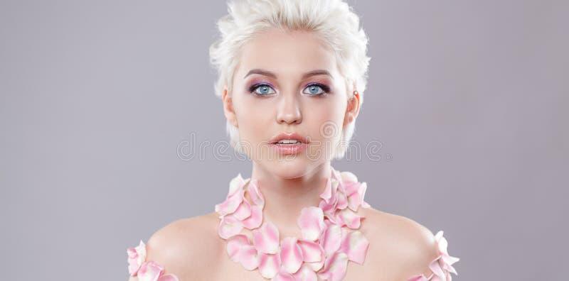 Photo d'une belle femme blonde avec la lingerie des pétales de rose Visage sensuel attrayant de plan rapproché de la femme blanch photo stock