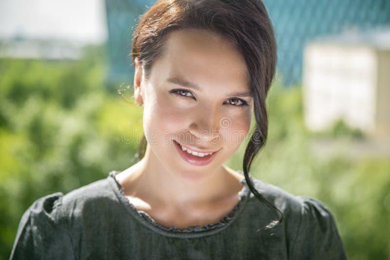 Photo d'une jeune belle femme, pousse extérieure images stock