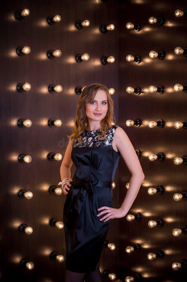 Photo d'une jeune fille autour de la pluralité de lampes photographie stock libre de droits