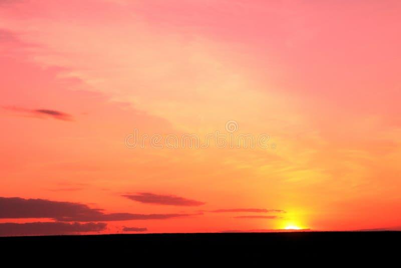 Photo de beau coucher du soleil tropical riche en couleurs rouge lumineux en ?t? par temps l?g?rement nuageux agr?able photographie stock