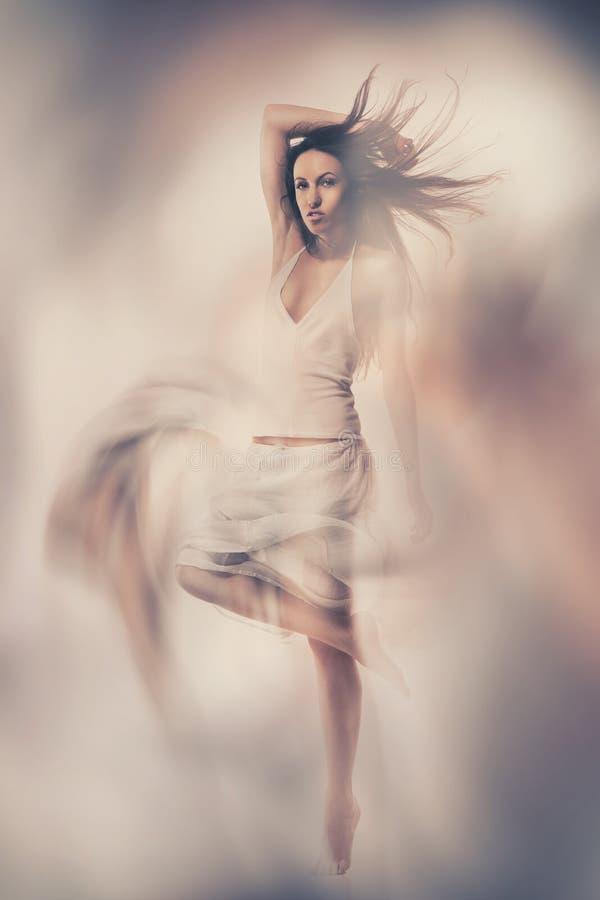Photo de beaux-arts de femme dans la robe blanche image stock
