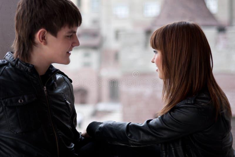Photo de beaux couples parlants photo stock