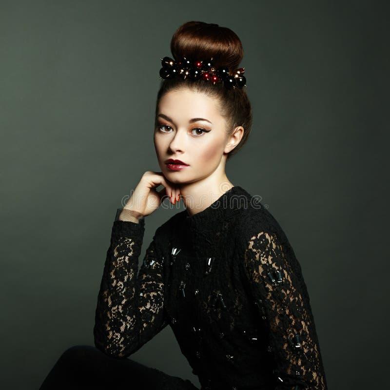 Photo de belle femme avec les cheveux magnifiques. Maquillage parfait photo stock