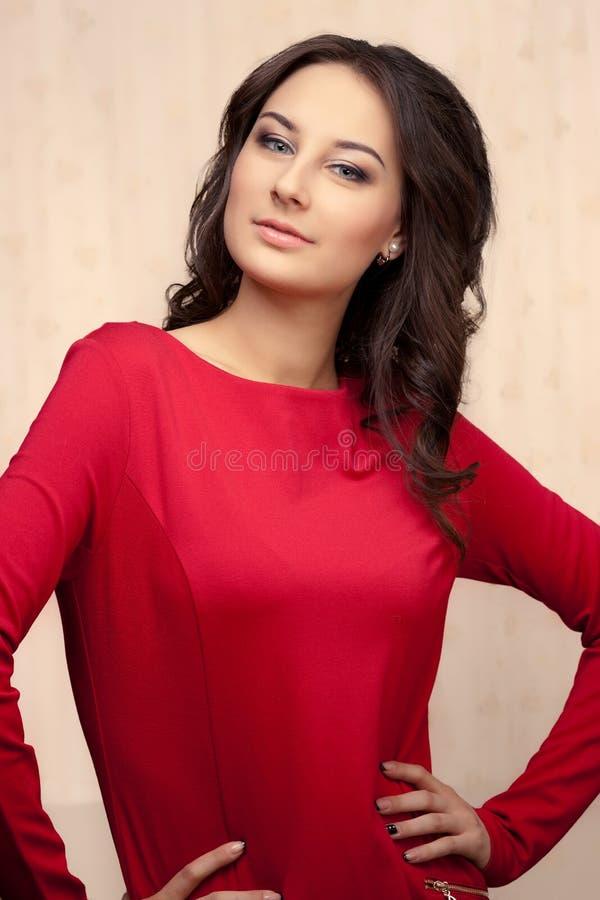 Photo de belle femme dans la robe rouge photos stock
