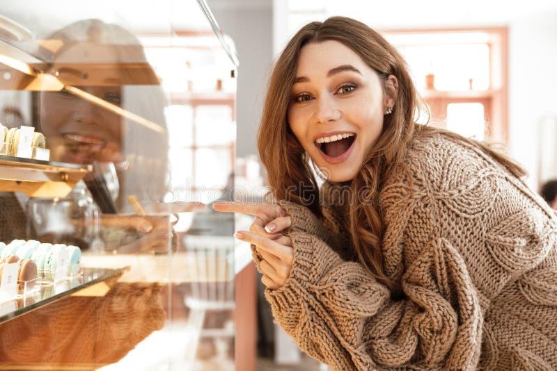 Photo de belle femme exprimant le bonheur et le plaisir, whil photo libre de droits