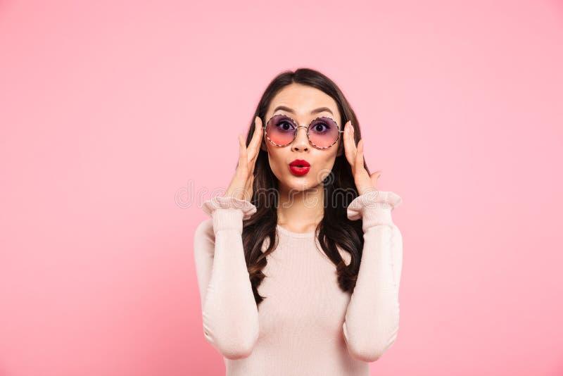 Photo de belle fille adulte avec de longs cheveux foncés en verre rond images libres de droits