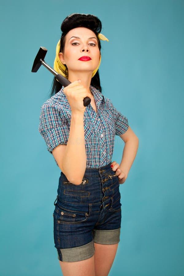 Photo de belle goupille vers le haut de femme avec le marteau image libre de droits