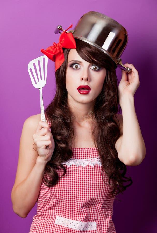 Photo de belle jeune femme avec la casserole sur la tête sur le wonde photo stock