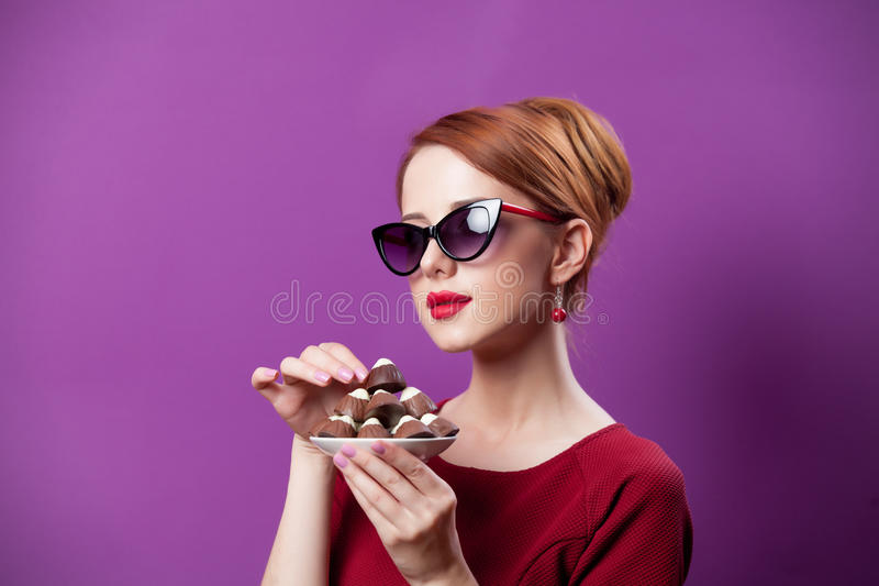 Photo de belle jeune femme avec le plat plein du cand de chocolat photographie stock libre de droits