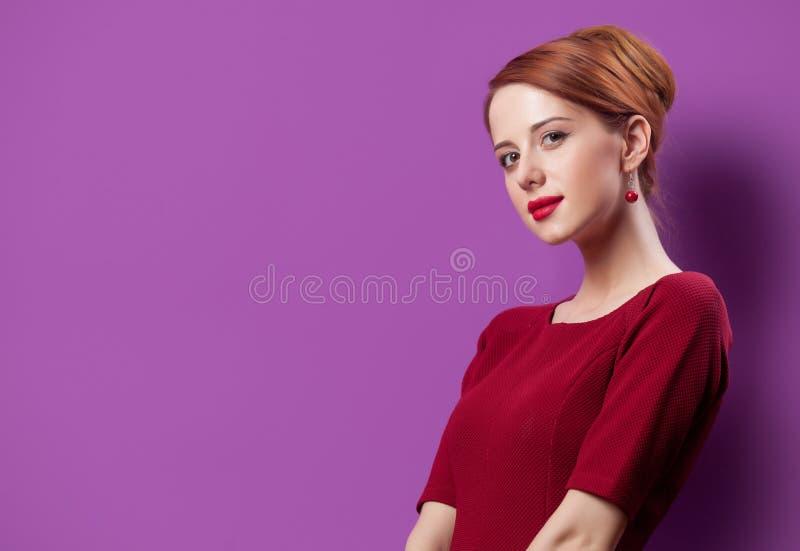 Photo de belle jeune femme se tenant sur le pourpre merveilleux photo stock