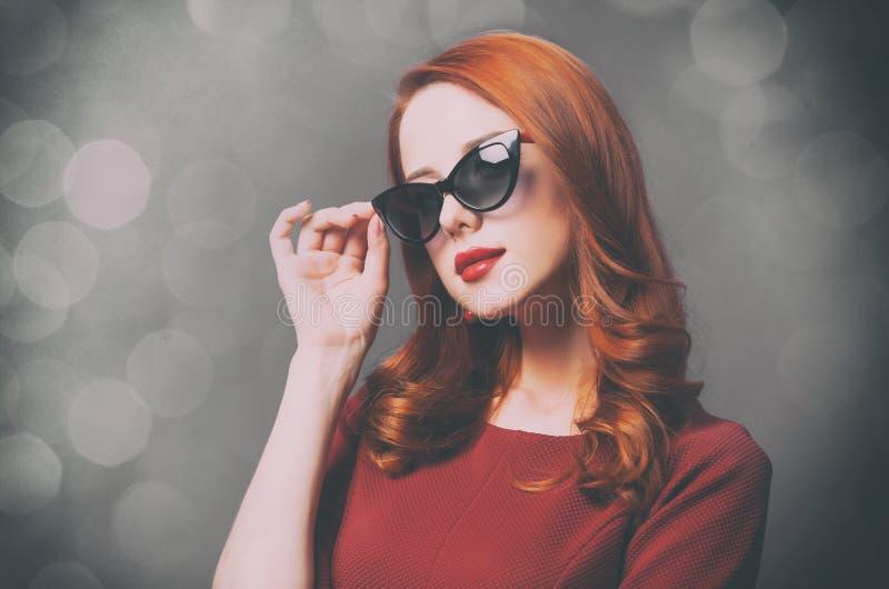 Photo de belle jeune femme se tenant sur le pourpre merveilleux image stock