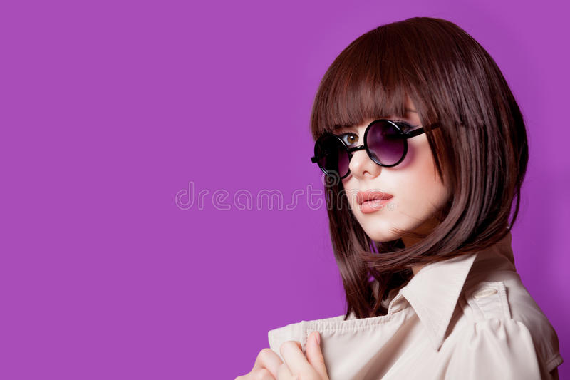 Photo de belle jeune femme sur le Ba pourpre merveilleux de studio image stock