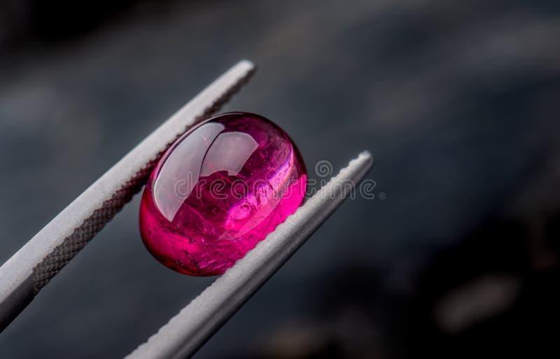 Photo de bijoux de pierre gemme de Rubellite avec le fond lumineux foncé image libre de droits