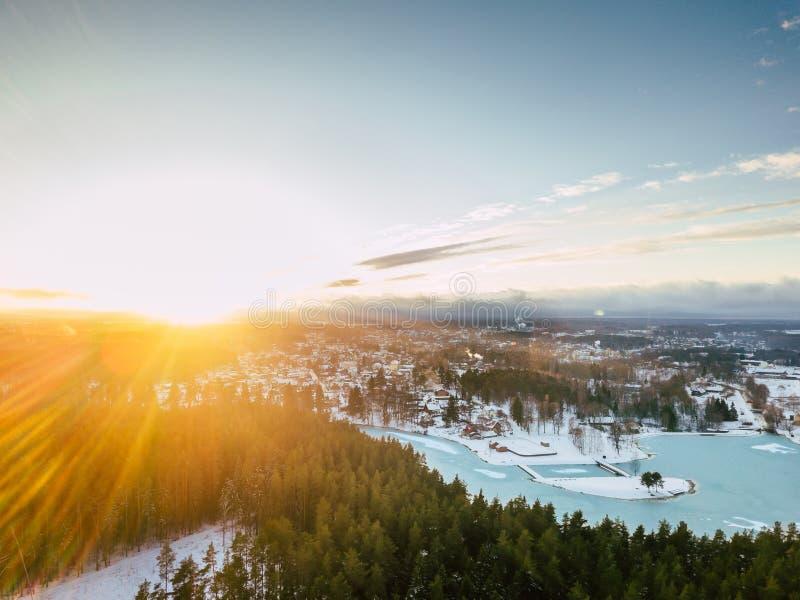 Photo de bourdon d'un jour d'hiver ensoleillé au-dessus de paysage de campagne images stock