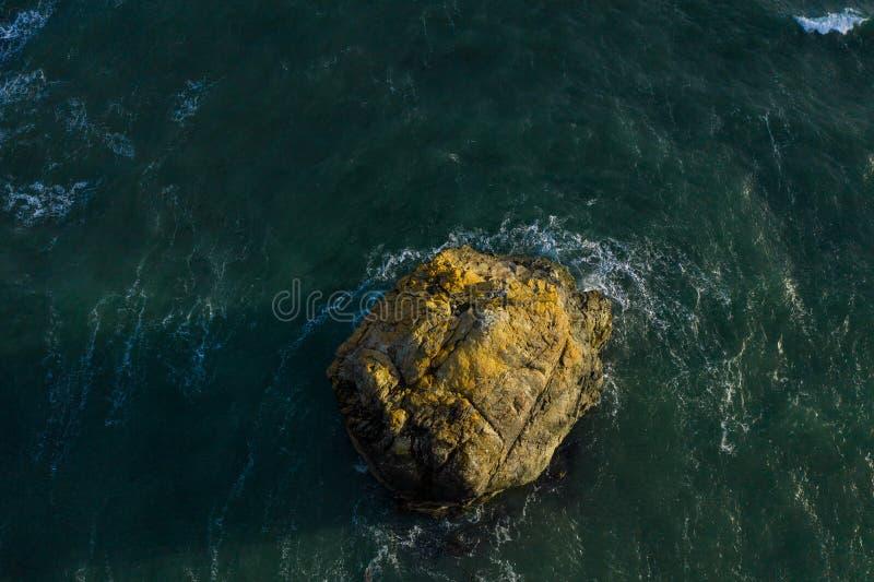 Photo de bourdon d'une roche dans l'océan photos libres de droits