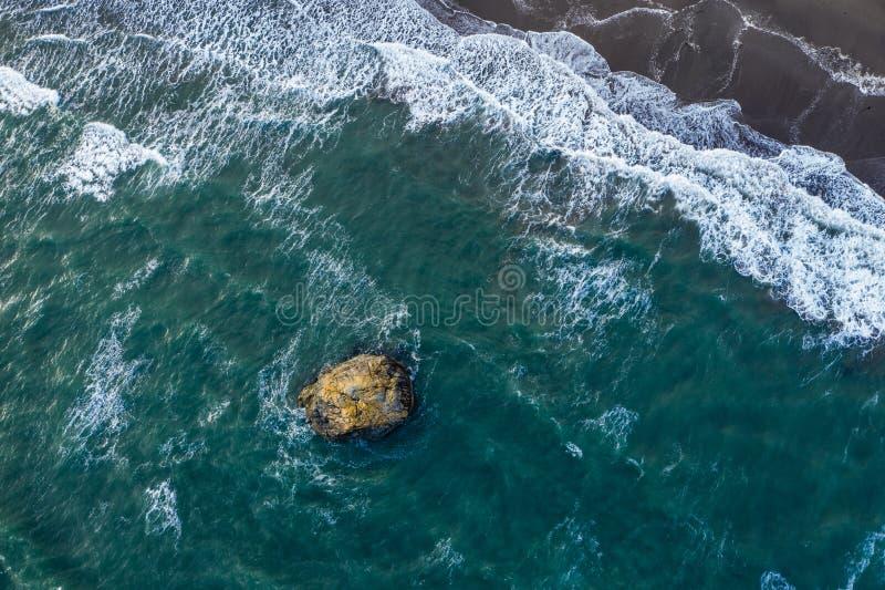 Photo de bourdon d'une roche dans l'océan photos stock