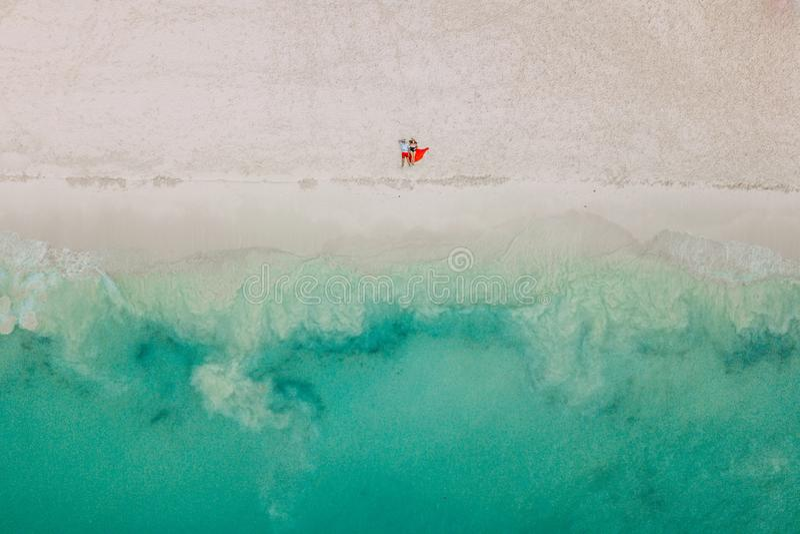 Photo de bourdon Le couple se trouve sur la plage images libres de droits