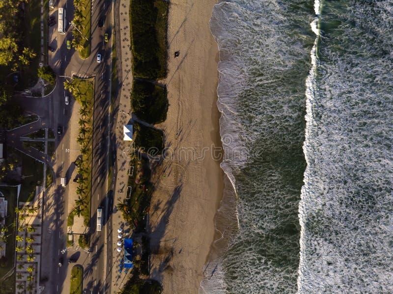 Photo de bourdon de plage en Barra da Tijuca, Rio de Janeiro, Brésil Vagues se brisant avec le lait de chaux, le sable d'or et la photographie stock libre de droits