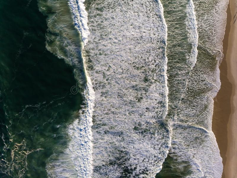 Photo de bourdon de vue supérieure de plage en Barra da Tijuca, Rio de Janeiro, Brésil Vagues se brisant avec le lait de chaux, c photos stock